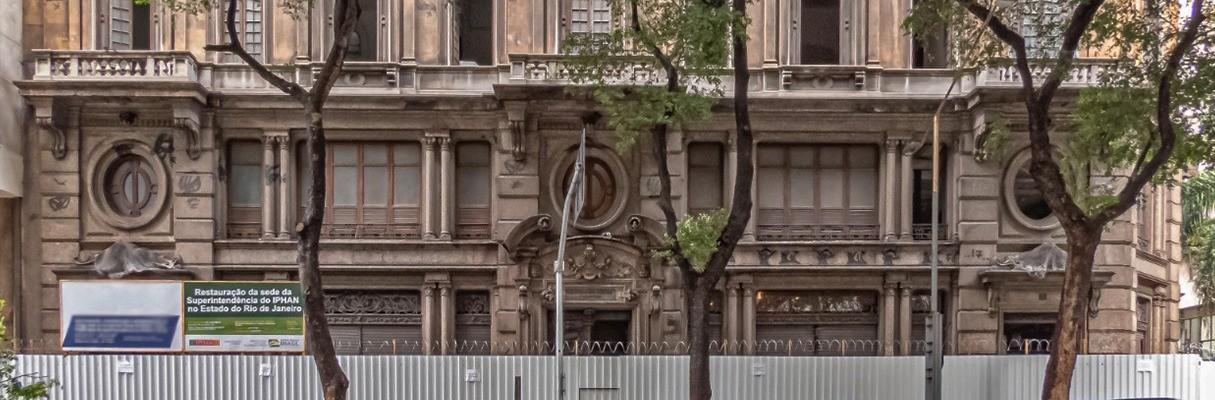 Fachada do edifício Docas de Santos recebe obras de restauração