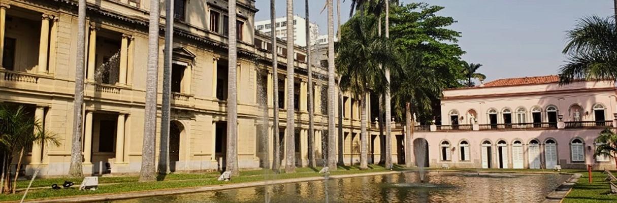 Ao redor do espelho d'água se acomodam o prédio administrativo do Itamaraty, à esquerda, e o Palácio original, no canto direito.