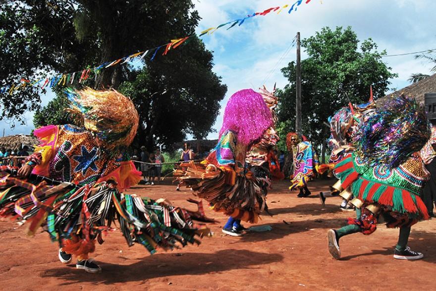 O baque solto está associado à forte musicalidade da região canavieira, em Pernambuco, entremeado pelo improviso e a rica coreografia dos arreiamás, caboclos e baianas