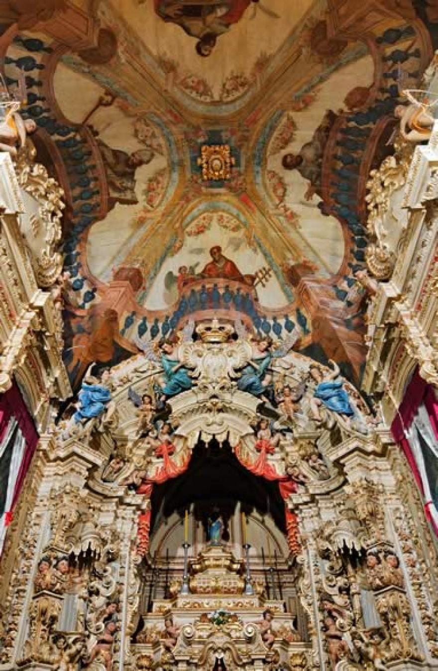 Altar e teto da Igreja de Santa Efigênia