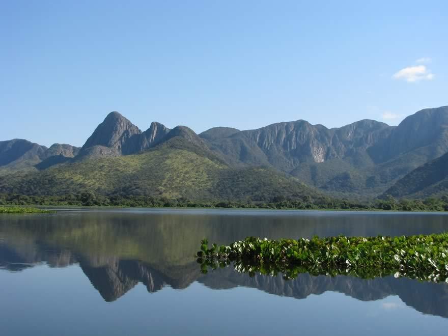 REG_Pantanal_planicie_alagada_e_montanhas