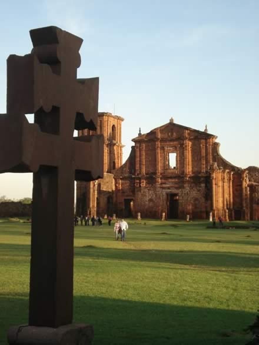 Cruz e igreja em São Miguel das Missões