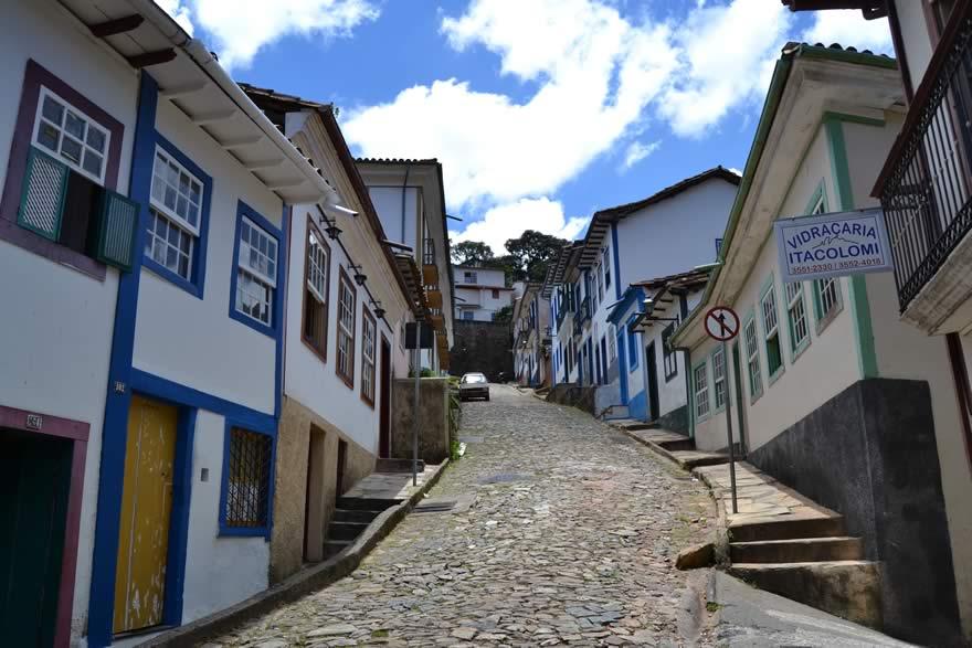 O tecido urbano da cidade de Ouro Preto é entrecortado de becos, travessas e ladeiras - Rua do Pilar