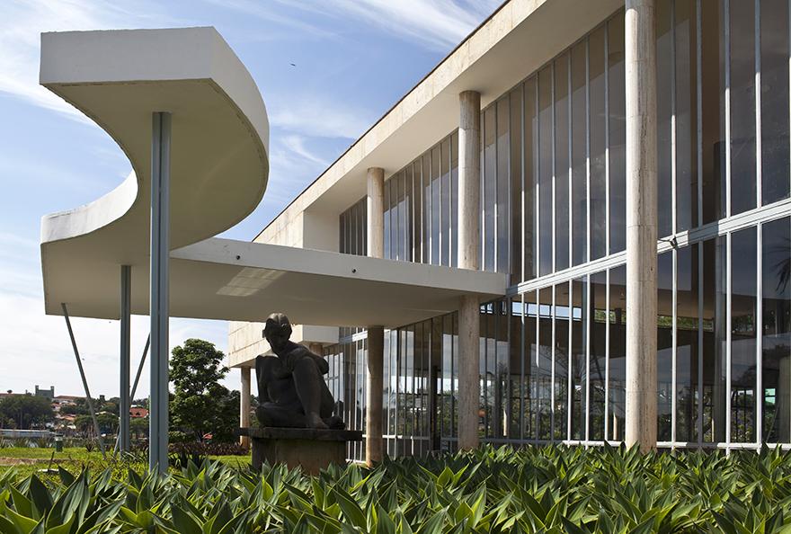 Fachada e jardins do Museu de Arte da Pampulha