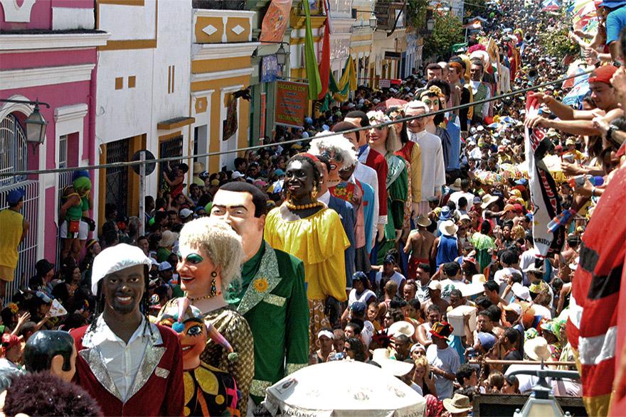 Riqueza melódica, criatividade, originalidade, passos vibrantes e uma dança frenética são as características do Frevo, em Pernambuco.