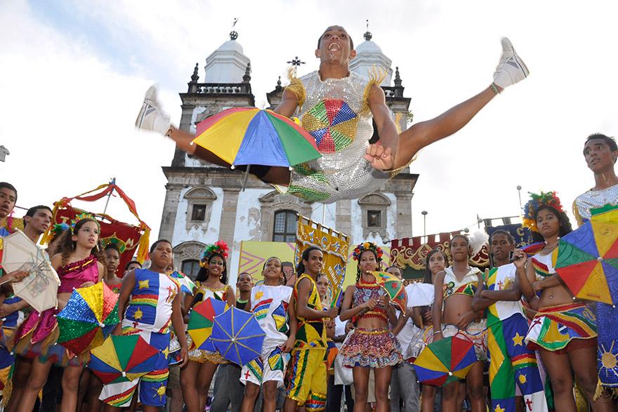 Um grupo de passistas assiste ao salto coreográfico que revela a intensidade dessa rica expressão do povo pernambucano