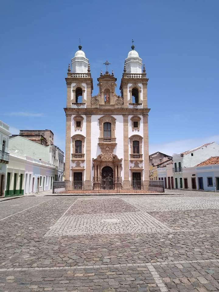 A fachada da igreja é famosa pela grande verticalidade