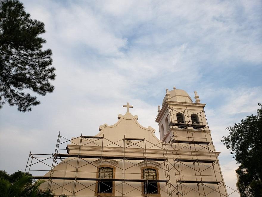 Como outras construções jesuíticas do século XVII, a igreja tem ares de fortaleza colonial. Técnicas tradicionais ergueram o prédio com grossas paredes, em alvenaria de pedra.