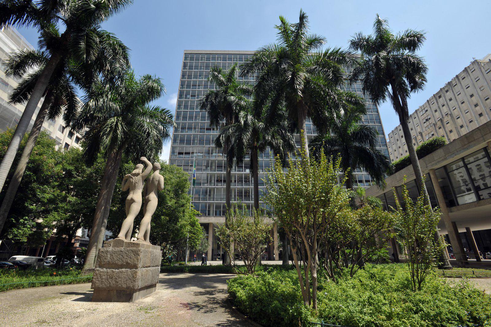 O Palácio Gustavo Capanema (1936 e 1947) é um dos primeiros arranha-céus com fachada toda de vidro construído no mundo.